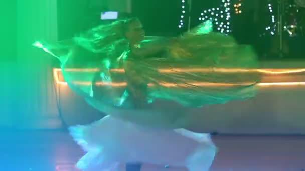 Két fiatal lány tánc
