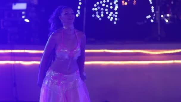 Lány tánc hastánc