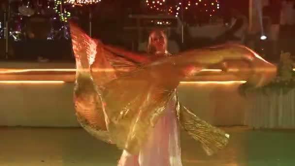 junges Mädchen tanzt