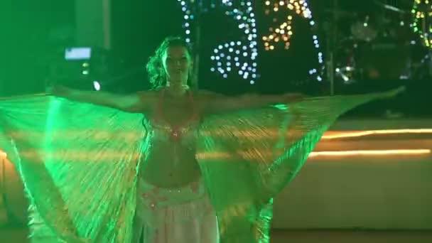Junge Mädchen tanzen