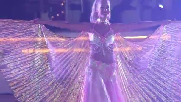 Blondýnka tance břišní tanec
