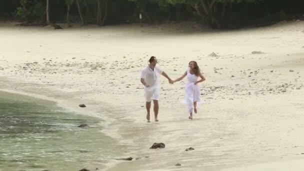 menyasszony és a vőlegény a strandon