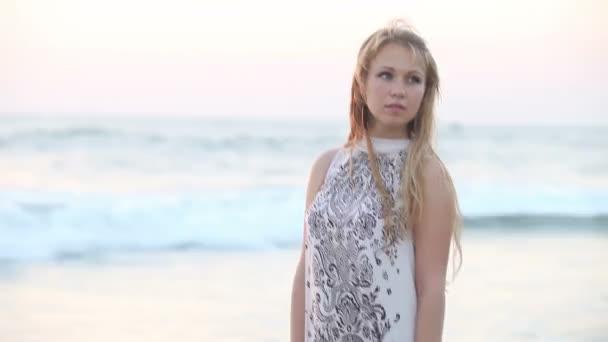 Dívka u moře při západu slunce