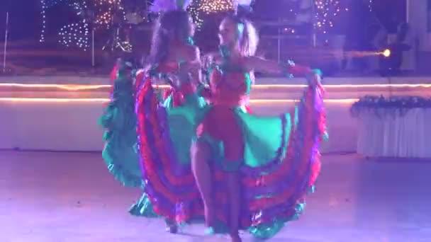 Dvě dívky tančí na svatbě