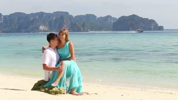 žena a muž na pláži