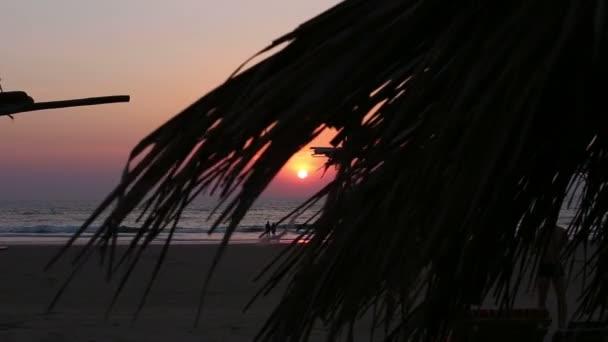 západ slunce na tropické pláži