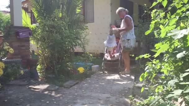 Babička s malou holkou v tropech
