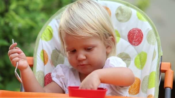 Malá holčička jíst mango