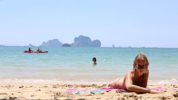 Két fiatal lány a strandon