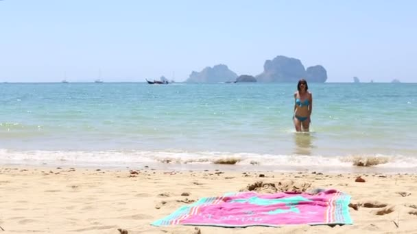 Fiatal lány, a tengerparttól