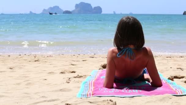 junge Brünette Mädchen am Strand