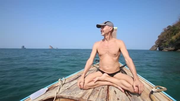 Starší muž jógy na lodi