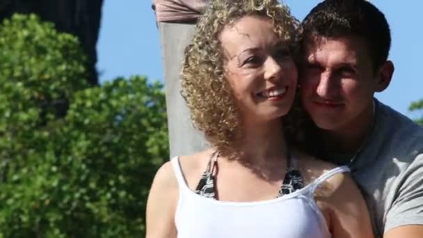 Dívka a chlapec líbat na lodi