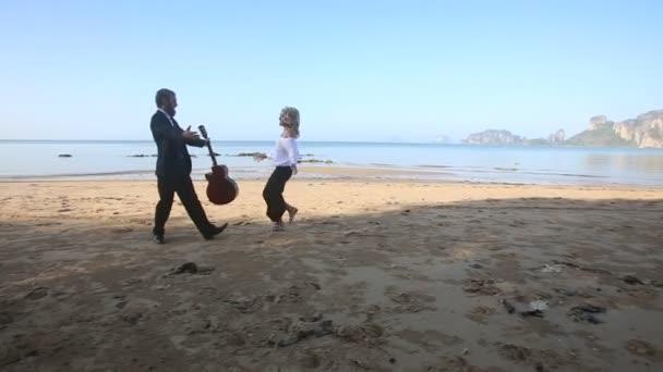 Ember, a gitár és a lány a strandon