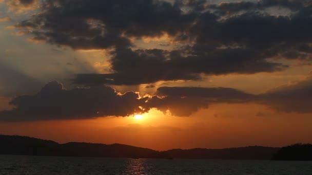 Fantastický pohled na západ slunce nad mořem