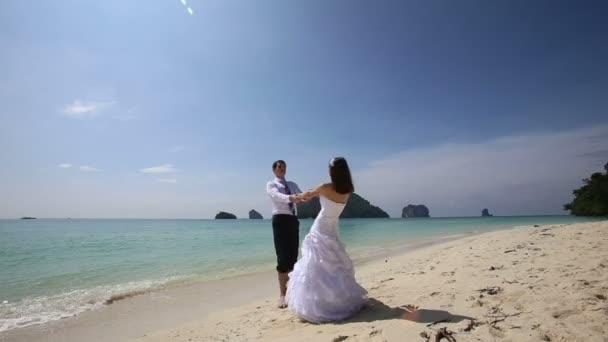 Nevěsta a ženich na mořské pláži