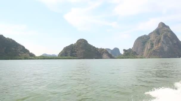 Loď kolem tropické ostrovy