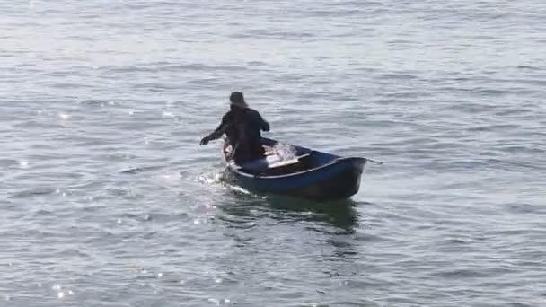 Vietnamský rybář v lodi