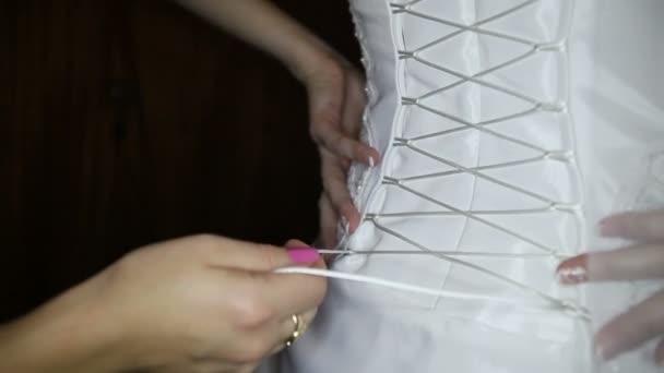 Družička vázání nevěsty svatební šat