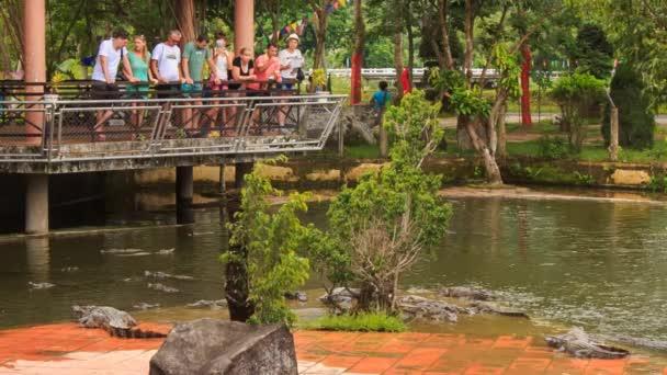 turisté v pavilonu krokodýlů hodinky stojí