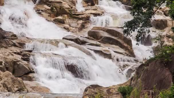 kaskády vodopádů na hoře