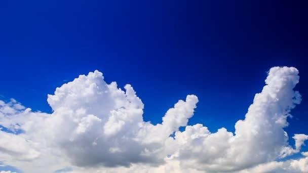pohyb bílých kupovité mraky