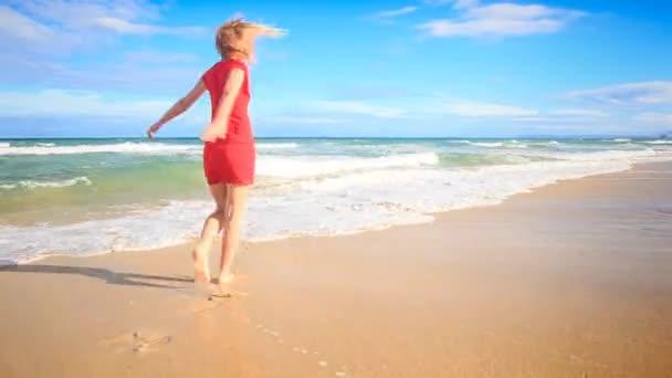dívka v červených šatech, které se točí kolem