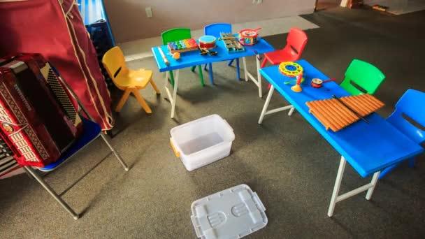 barevné stoly a židle ve školce