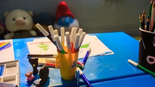 Pera stopy barvy papíru zmizí ze stolu ve školce