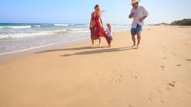 nonno, madre e figlia sulla spiaggia