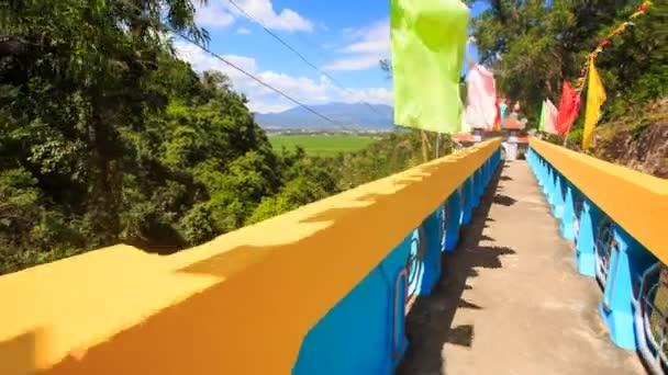 barevné vlajky v Suoi pagody