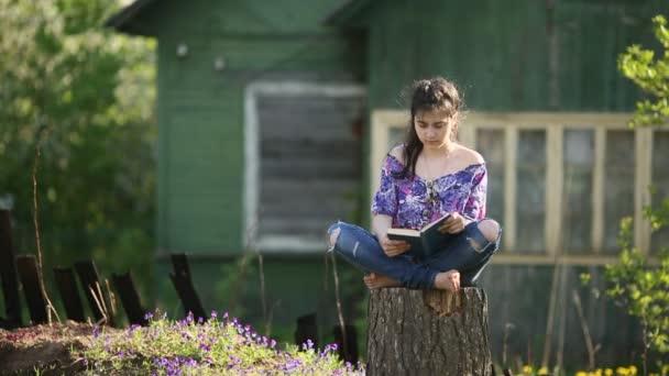 dospívající dívka s knihou