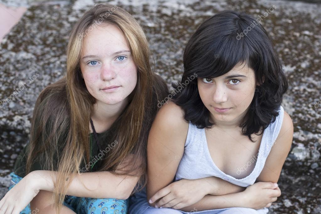Chica nada adolescente vistiendo