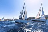 Plachtění ve větru přes vlny