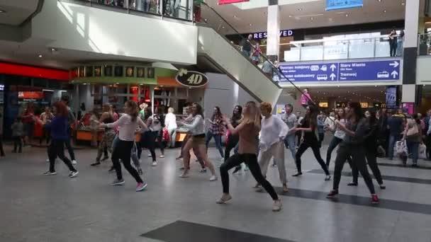 Taneční flash mob na vlakovém nádraží