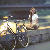 Krásné dospívající dívka s kole
