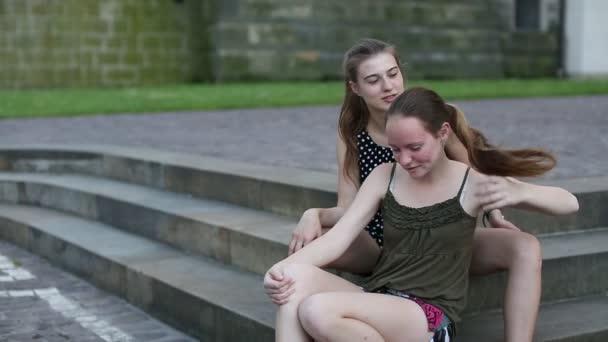 Dvě roztomilé dospívající kamarádky mluví