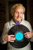 Fotografie Alte Frau und Vinyl-Datensatz