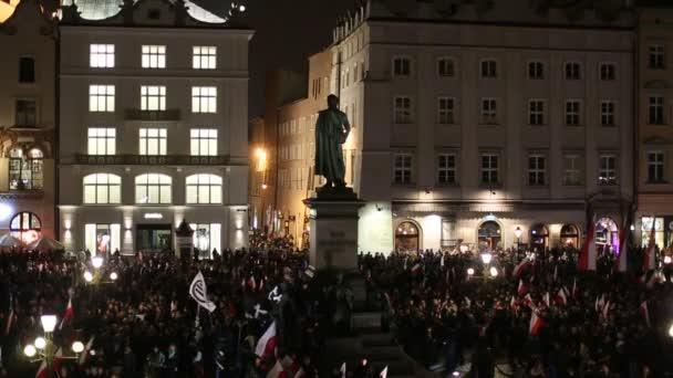 Protestující pochod přes centrum Krakow, Polsko