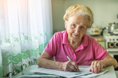 woman with accounts for the payment of utilities.