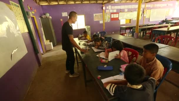 Azonosítatlan gyermekek lecke az iskolában