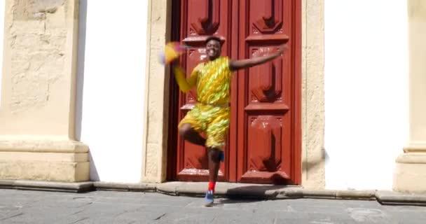 Brazilské muž tančí Frevo v Olinda