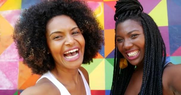 ženy s úsměvem selfie