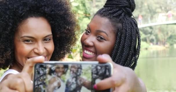 ženy užívající selfie fotografií