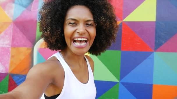 žena s úsměvem na barevné pozadí