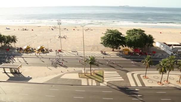 lidé si horký den v pláži copacabana v rio de janeiro