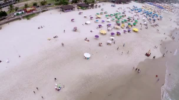 A légi felvétel a nyáron a strand