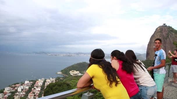Turisté na Sugarloaf Mountain v Rio de Janeiru