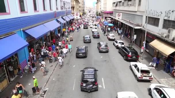 Lidé nakupovat na 25 březnu v Sao Paulu