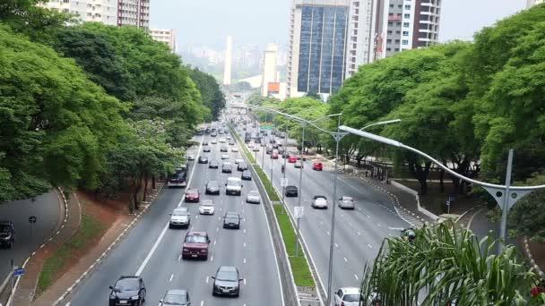 Provoz na známé Avenue de Maio 23 v Sao Paulu